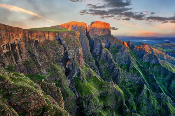 A view of the Drakensberg mountain range, which can be visited with a cheap holiday package from Flight Centre.